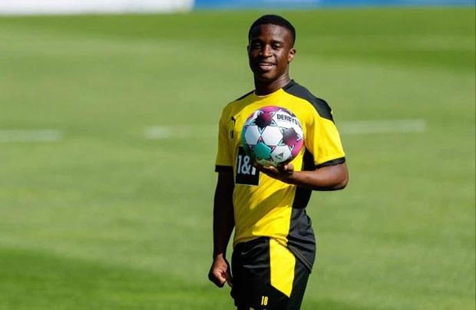 Dortmund cho thần đồng Moukoko... nghỉ học - Ảnh 1.