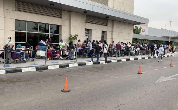Hơn 340 người Việt từ Angola về nước - Ảnh 1.