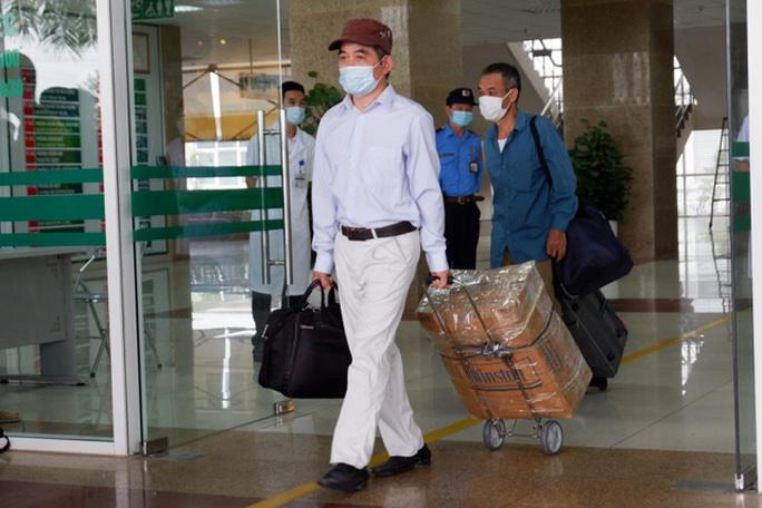 Gần 200 công dân Việt về từ Guinea Xích đạo hết hạn cách ly được về nhà - Ảnh 2.