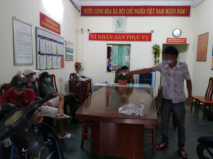 Đà Nẵng: Bất chấp lệnh giãn cách xã hội, nhóm người vẫn tụ tập ăn nhậu trong mùa dịch - Ảnh 2.