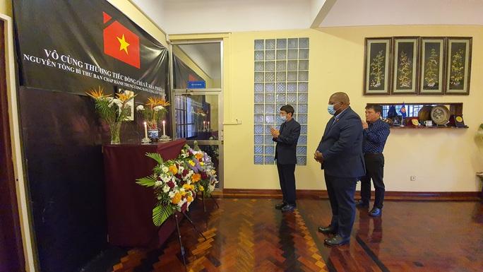 Trang trọng Lễ viếng và mở sổ tang nguyên Tổng Bí thư Lê Khả Phiêu tại nước ngoài - Ảnh 3.