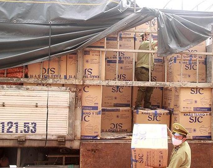 Bắt xe tải chở 390.000 khẩu trang y tế không rõ nguồn gốc từ TP HCM ra Bắc - Ảnh 1.
