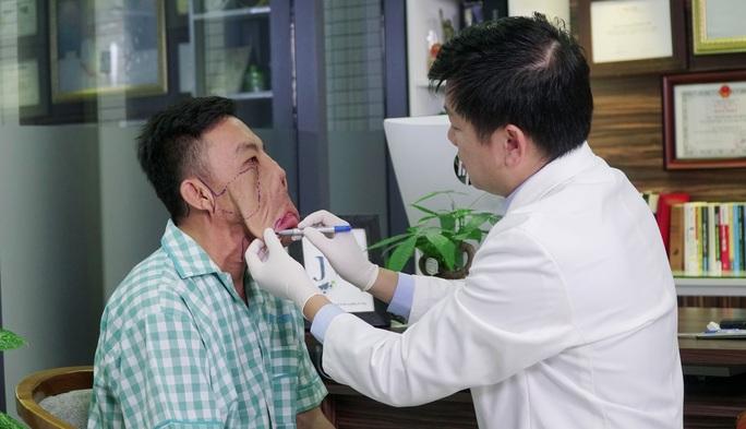Xuyên trưa phẫu thuật trả dung mạo chàng trai mặt quỷ - Ảnh 2.