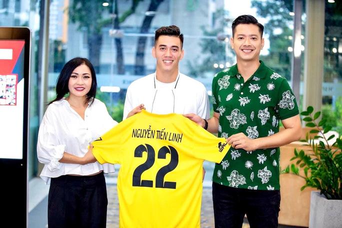 Giải mã đội bóng chiêu mộ được tiền đạo Nguyễn Tiến Linh - Ảnh 2.