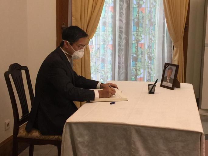 Trang trọng Lễ viếng và mở sổ tang nguyên Tổng Bí thư Lê Khả Phiêu tại nước ngoài - Ảnh 7.