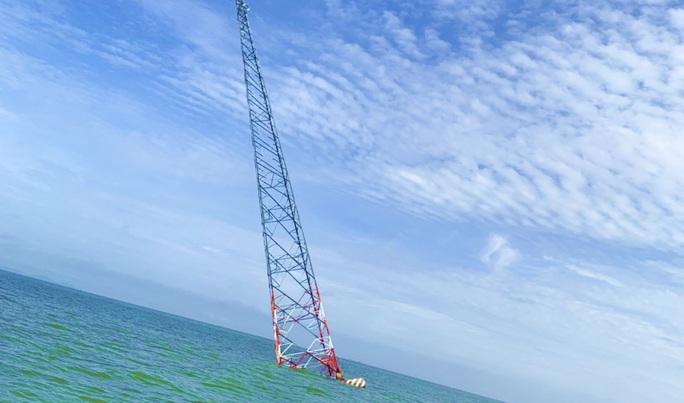 Nghi vấn tàu lớn tông nghiêng trụ điện cao thế vượt biển Tây - Ảnh 1.