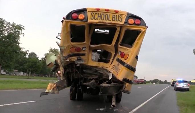 Mỹ: Tài xế xe tải tử vong sau khi lao lên xe buýt cứu người - Ảnh 1.