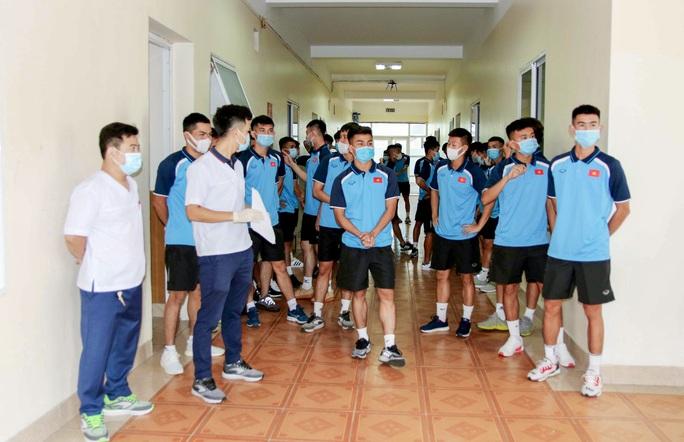 U22 Việt Nam tự nhốt ở phòng trong 24 giờ tới để chờ kết quả xét nghiệm Covid-19 - Ảnh 4.