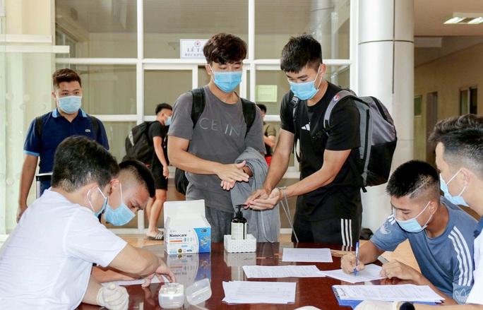 U22 Việt Nam tự nhốt ở phòng trong 24 giờ tới để chờ kết quả xét nghiệm Covid-19 - Ảnh 7.