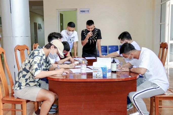 U22 Việt Nam tự nhốt ở phòng trong 24 giờ tới để chờ kết quả xét nghiệm Covid-19 - Ảnh 8.