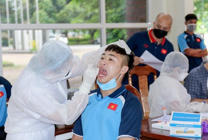 U22 Việt Nam tự nhốt ở phòng trong 24 giờ tới để chờ kết quả xét nghiệm Covid-19 - Ảnh 12.