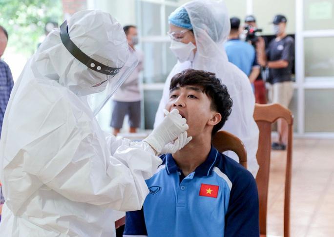U22 Việt Nam tự nhốt ở phòng trong 24 giờ tới để chờ kết quả xét nghiệm Covid-19 - Ảnh 2.