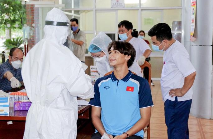 U22 Việt Nam tự nhốt ở phòng trong 24 giờ tới để chờ kết quả xét nghiệm Covid-19 - Ảnh 13.