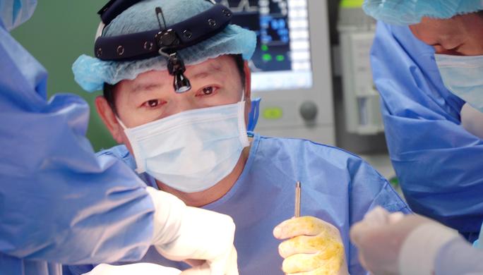 Đôi mắt đỏ ngầu của vị bác sĩ sau ca đại phẫu chàng trai mặt quỷ - Ảnh 1.