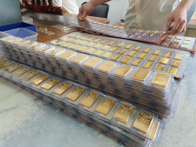 Giá vàng hôm nay 26-10: Vàng SJC giảm về sát 56 triệu đồng/lượng - Ảnh 1.