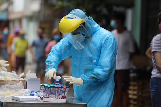 Đà Nẵng: Nữ công an trực chốt, nữ giáo viên nấu ăn phục vụ chống dịch nhiễm Covid-19 - Ảnh 1.