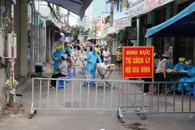Đà Nẵng: Nữ công an trực chốt, nữ giáo viên nấu ăn phục vụ chống dịch nhiễm Covid-19 - Ảnh 2.