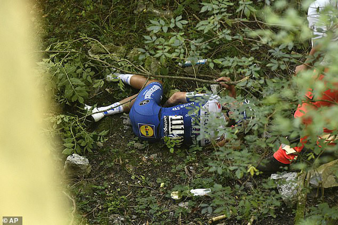 Cua rơ người Bỉ Remco gặp tai nạn kinh hoàng văng xuống núi - Ảnh 2.
