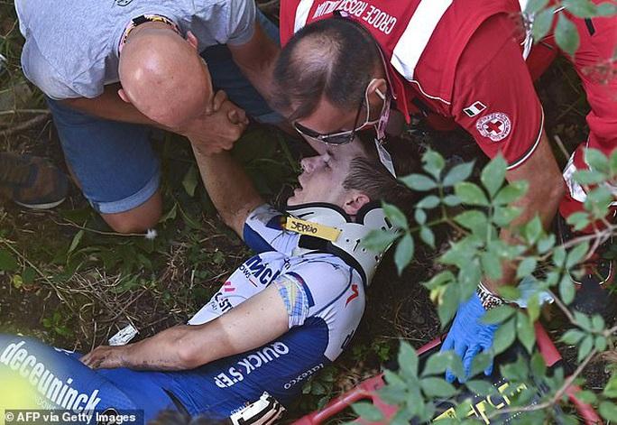 Cua rơ người Bỉ Remco gặp tai nạn kinh hoàng văng xuống núi - Ảnh 1.