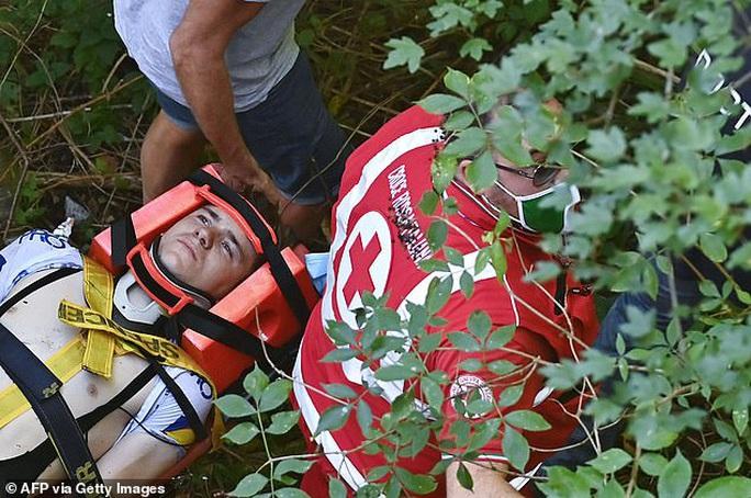 Cua rơ người Bỉ Remco gặp tai nạn kinh hoàng văng xuống núi - Ảnh 3.
