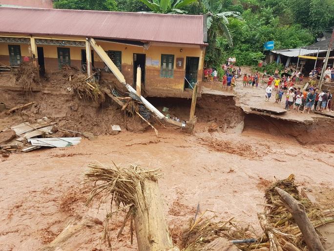 Cận cảnh tan hoang sau trận lũ quét kinh hoàng cuốn trôi nhiều ngôi nhà ở Điện Biên - Ảnh 2.