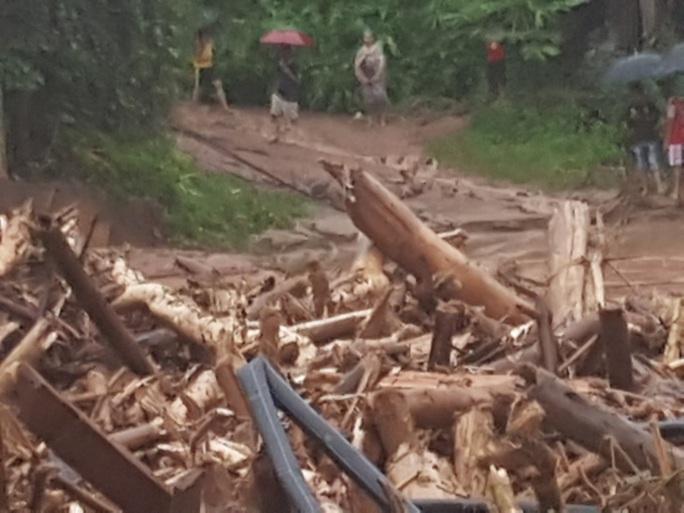 Cận cảnh tan hoang sau trận lũ quét kinh hoàng cuốn trôi nhiều ngôi nhà ở Điện Biên - Ảnh 9.