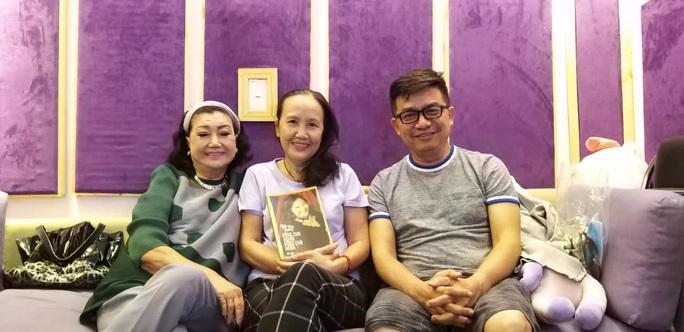 Kỳ nữ Kim Cương trốn dịch trong phòng thu âm, ghi lại hồi ký đời mình - Ảnh 1.