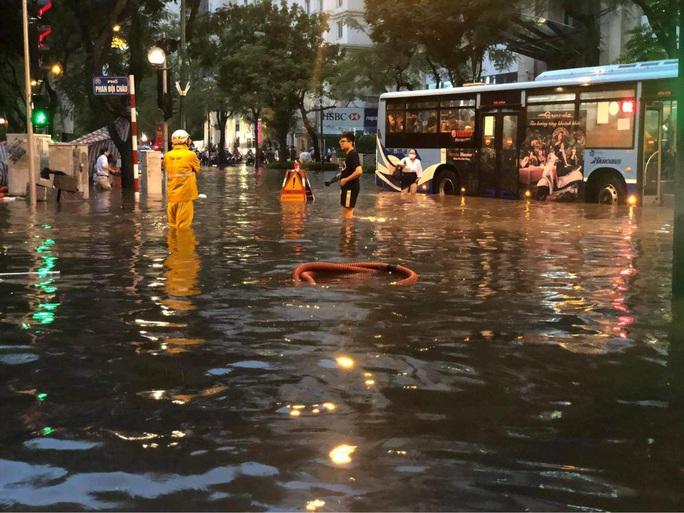 CLIP: Mưa như trút giờ cao điểm tan tầm, người Hà Nội bì bõm trong nước ngập - Ảnh 7.