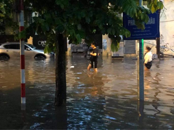 CLIP: Mưa như trút giờ cao điểm tan tầm, người Hà Nội bì bõm trong nước ngập - Ảnh 9.