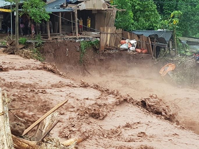 Cận cảnh tan hoang sau trận lũ quét kinh hoàng cuốn trôi nhiều ngôi nhà ở Điện Biên - Ảnh 8.