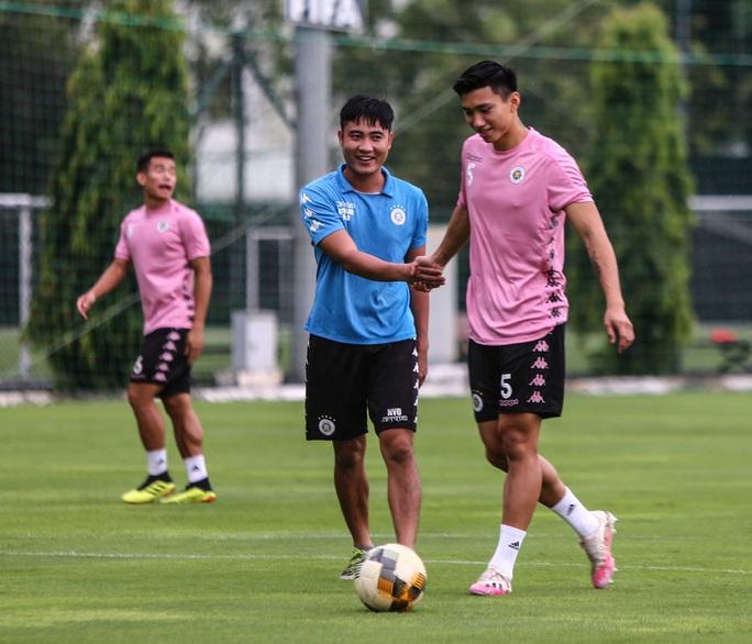 Văn Hậu vui tươi, đầy năng lượng trở lại tập luyện cùng CLB Hà Nội - Ảnh 6.