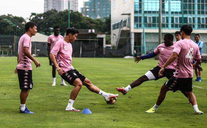 Văn Hậu vui tươi, đầy năng lượng trở lại tập luyện cùng CLB Hà Nội - Ảnh 8.