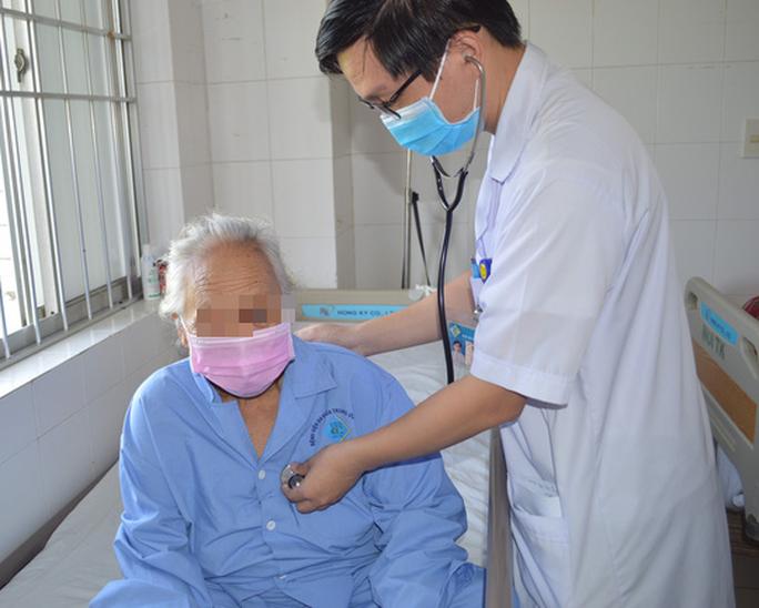 Bác sĩ tiết lộ lý do cụ bà 88 tuổi bị đột quỵ nguy kịch nhưng được cứu sống - Ảnh 1.