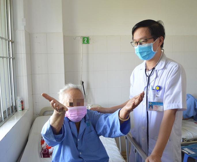 Bác sĩ tiết lộ lý do cụ bà 88 tuổi bị đột quỵ nguy kịch nhưng được cứu sống - Ảnh 2.