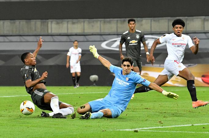 Thua ngược Sevilla ngỡ ngàng, Man United chia tay Europa League - Ảnh 8.