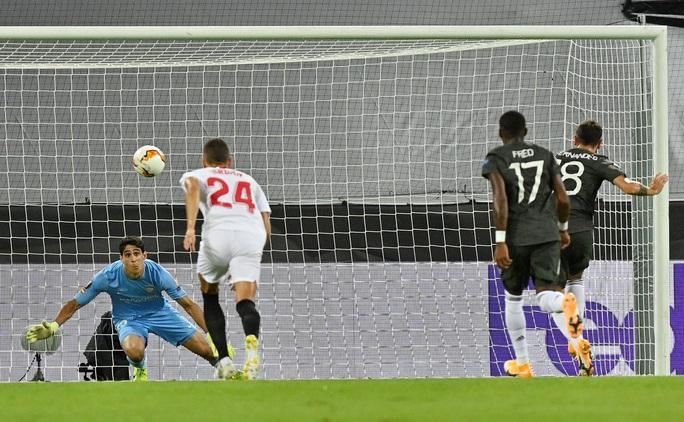 Thua ngược Sevilla ngỡ ngàng, Man United chia tay Europa League - Ảnh 3.