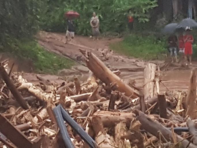 Cận cảnh tan hoang sau trận lũ quét kinh hoàng cuốn trôi nhiều ngôi nhà ở Điện Biên - Ảnh 13.