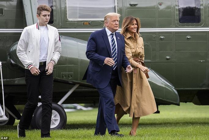 """Tổng thống Trump """"lu mờ"""" khi đi cạnh quý tử Barron - Ảnh 3."""