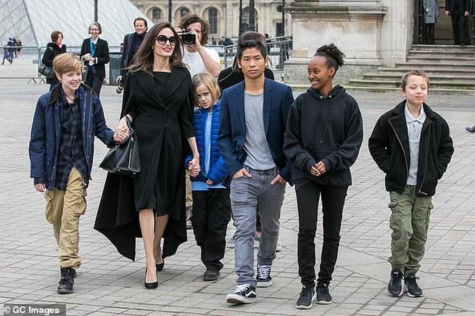 Cùng 6 con chống chọi đại dịch, Angelina Jolie thấy may mắn - Ảnh 2.