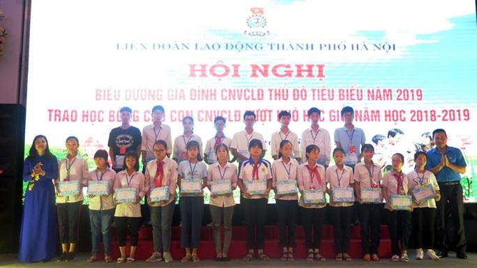 Hà Nội: Tặng 102 suất học bổng cho con đoàn viên - Ảnh 1.