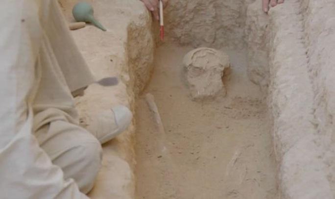 Đi giữa đường, sụp hầm vào mộ cổ kỳ lạ nhất thành phố xác ướp - Ảnh 2.