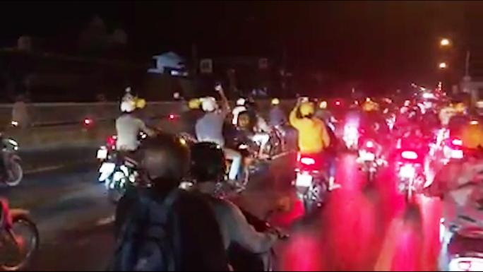CLIP: Hàng trăm quái xế lộng hành chặn xe trên Quốc lộ 1 để tranh tài - Ảnh 2.