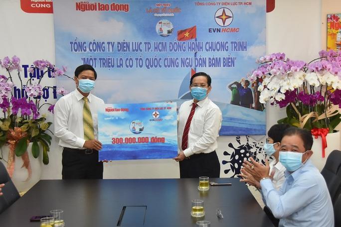 Tổng Công ty Điện lực TP HCM ủng hộ Chương trình Một triệu lá cờ Tổ quốc cùng ngư dân bám biển 300 triệu đồng  - Ảnh 1.