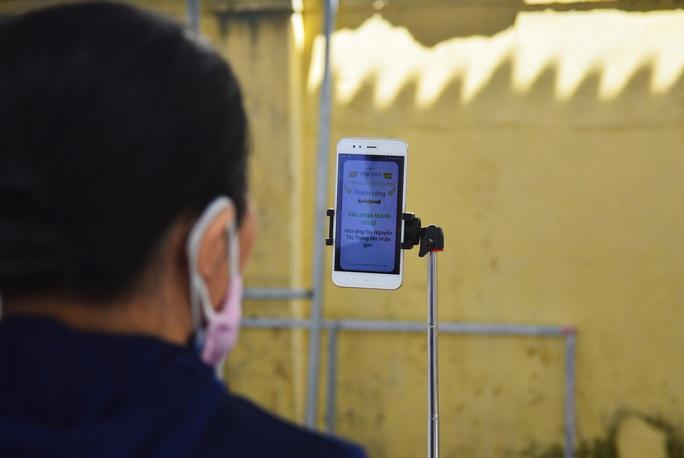 Cận cảnh Robot gọi điện thoại, mời từng người dân đến cây ATM nhận gạo - Ảnh 5.