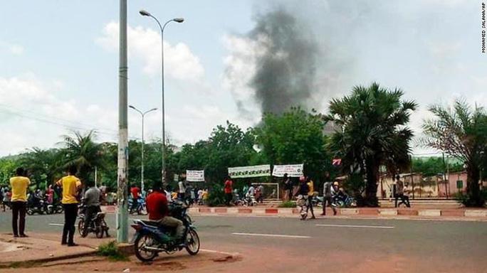 Đảo chính bí ẩn ở Mali, tổng thống phải từ chức ngay lập tức - Ảnh 3.