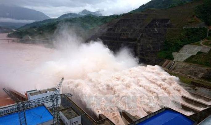Mưa lũ khiến 6 người chết, hồ chứa thủy điện Lai Châu phải xả 5 cửa - Ảnh 1.