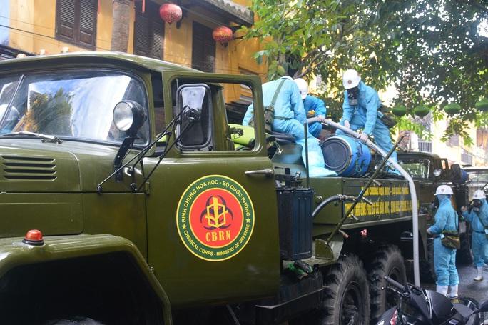 Quân đội phun hóa chất khử khuẩn Hội An và 4 huyện thị ở Quảng Nam - Ảnh 3.