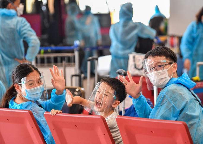 Hình ảnh Đoàn Văn Hậu về nước trên chuyến bay từ Pháp - Ảnh 12.