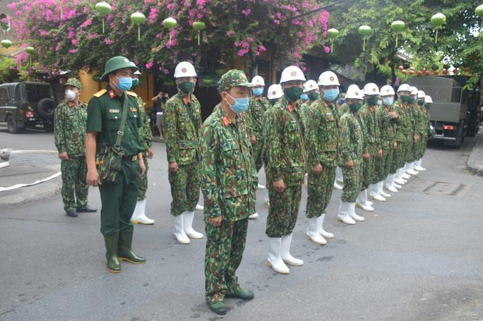 Quân đội phun hóa chất khử khuẩn Hội An và 4 huyện thị ở Quảng Nam - Ảnh 1.