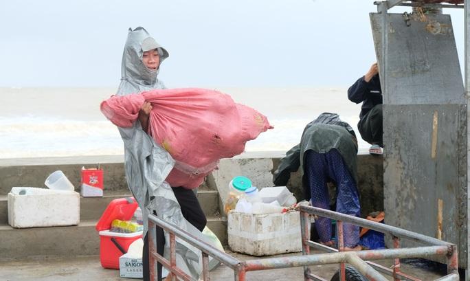 Ngư dân Thanh Hóa hối hả đưa tàu, bè vào bờ trước giờ bão số 2 đổ bộ - Ảnh 10.